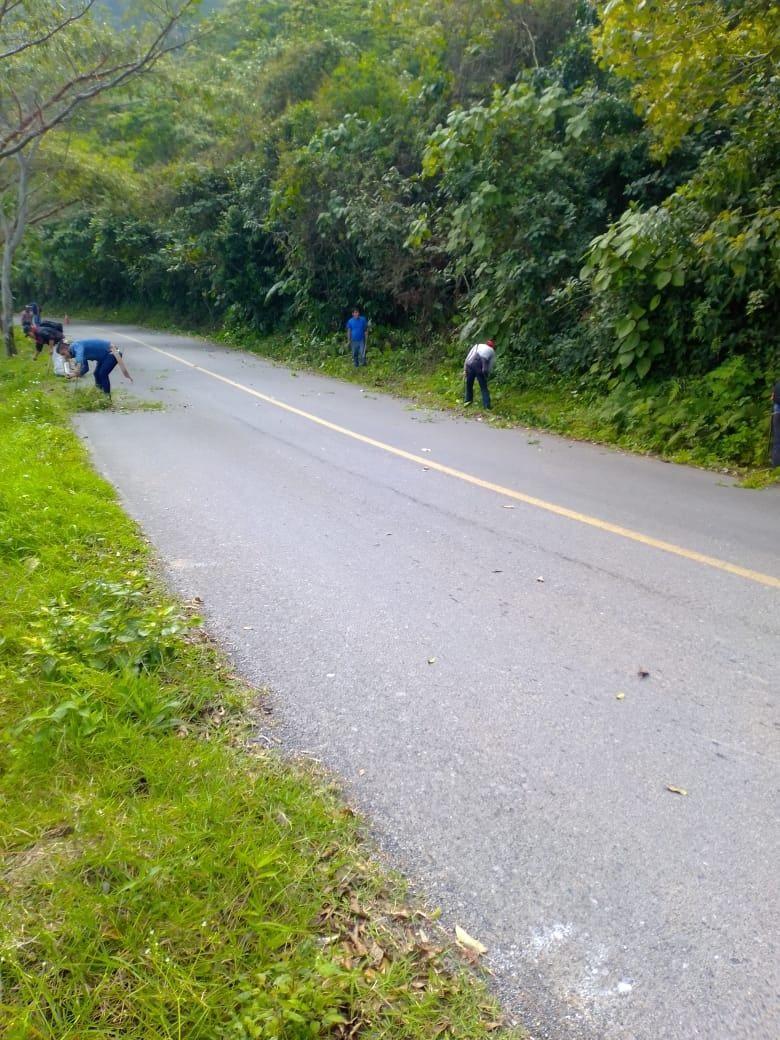 Se lleva a cabo la limpieza del tramo carretero Tehuetlan – Huazalingo